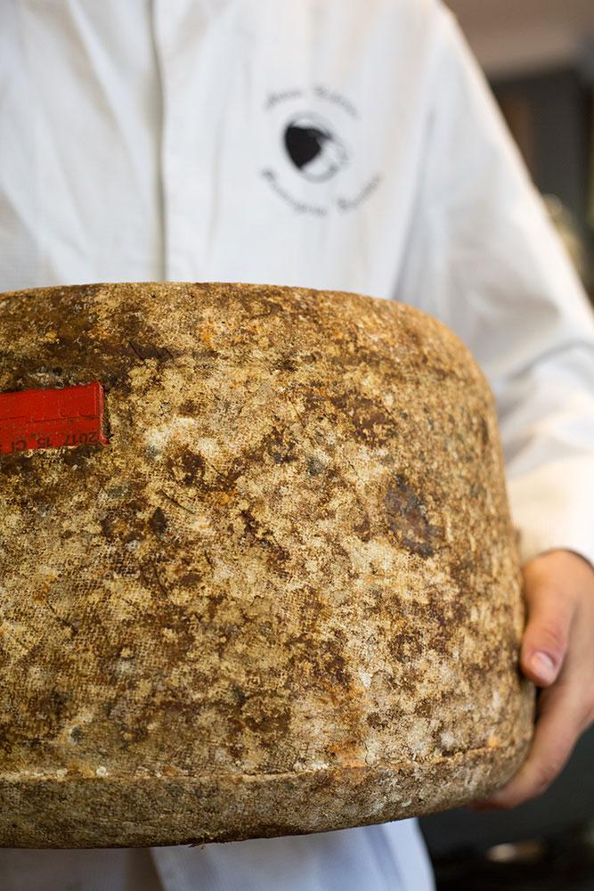 Une belle pièce de Salers Tradition au lait 100 % vache Salers, merci Madeleine Serre !